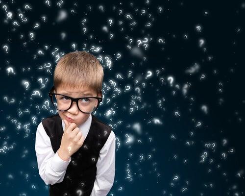 Lille barn med briller og masser af spørgsmålstegn