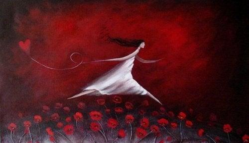 Kvinde med hjerte løber i en rosenmark