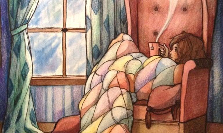 Kvinde sidder i lænestol med kop og nyder at være alene