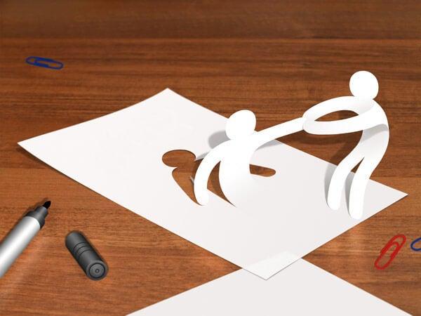 Papirmænd, der hjælper hinanden op, symboliserer, hvordan psykologer og patienter hjælper hinanden
