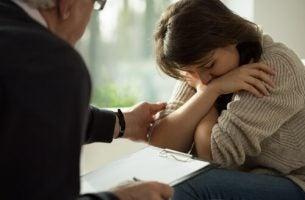 Trist kvinde går til psykolog