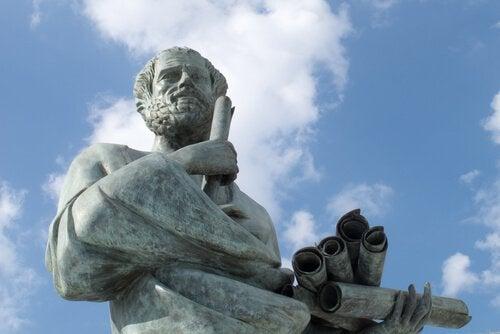 Statue af Aristoteles, der har lært os om sund fornuft