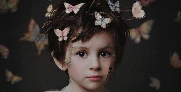 Barn med sommerfugle i håret