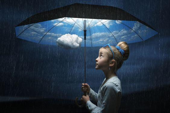 Pige har klar himmel indeni paraply med regn udenfor, da hun har lært at håndtere frustration