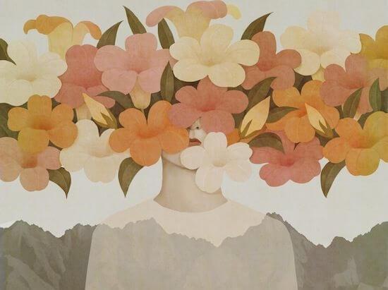 Ansigt gemt bag ranke af blomster