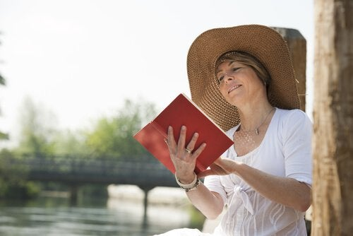 Kvinde på halvtreds læser bog