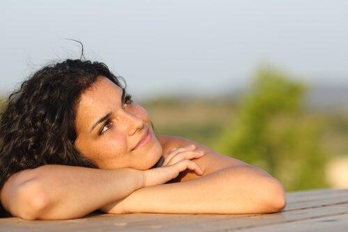 Kvinde dagdrømmer og udøver visualisering