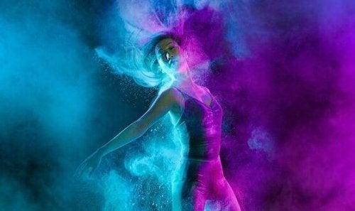 Person danser med farver og lidenskab