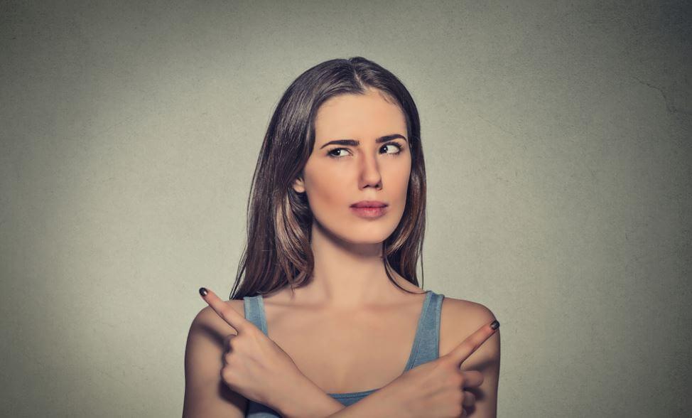 Forvirret kvinde ved ikke, hvad hun skal vælge