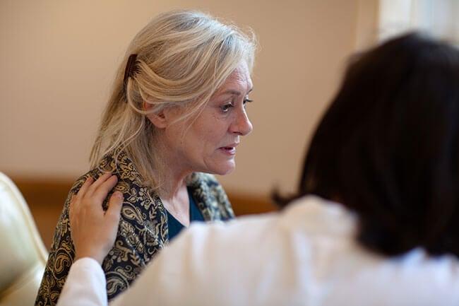 Trist ældre kvinde med alzheimers