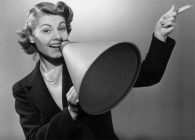 Kvinde med stærk personlighed står med megafon