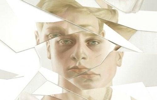 Refleksion af mands ansigt i ødelagt spejl