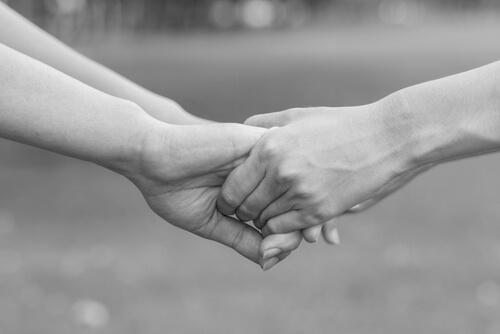 Elsk med hele dit væsen som dette par, der holder i hånd
