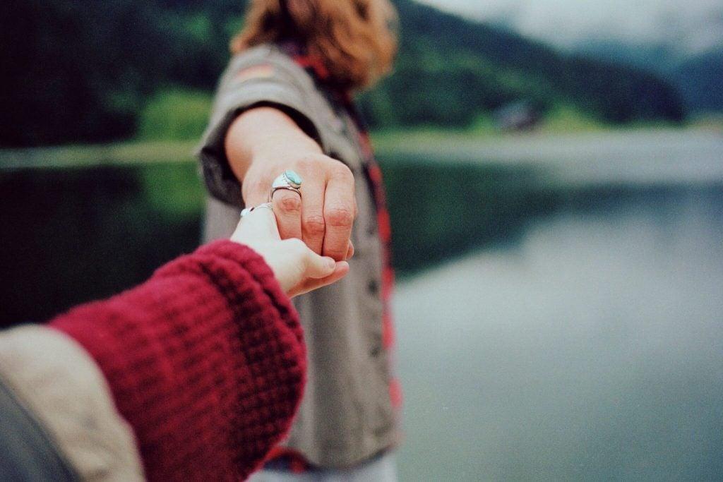 Par holder hinanden i hånden