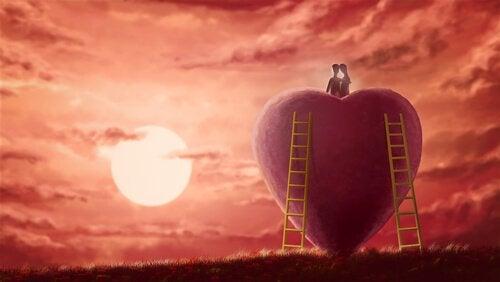 Par deler intimitet på toppen af kæmpe hjerte