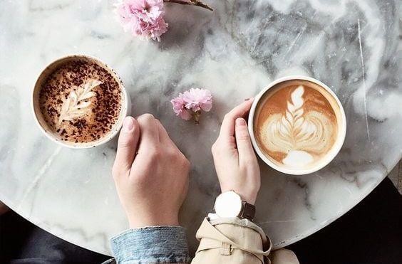 Par er på kaffe-date sammen