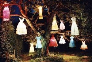Farverige kjoler hænger i et træ