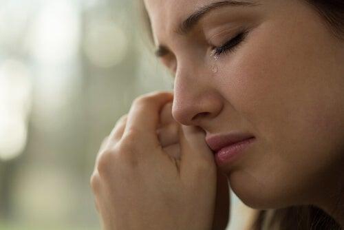 Kvinde græder efter at være gået fra hinanden
