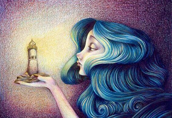 Kvinde med blåt hår holder lille fyrtårn