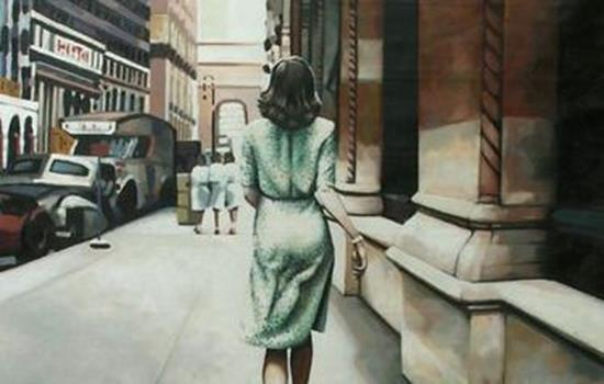 Kvinde i grøn kjole går på gade