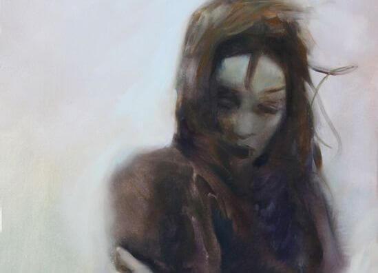 Ensom kvinde omfavner sig selv og prøver at give slip på dårlige ting i livet