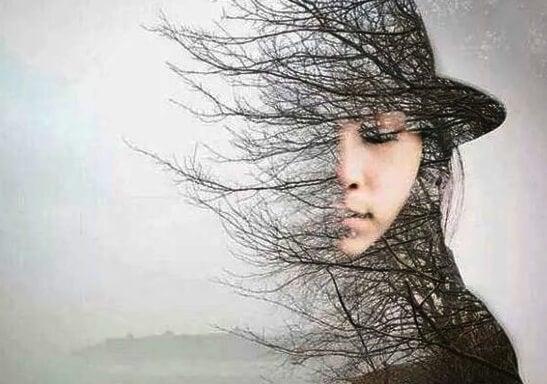 Kvinde med halvt ansigt som grene på et træ