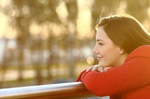 Smilende kvinde har bekæmpet negative tanker