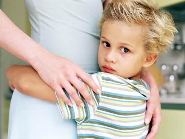 Lille dreng omfavner sin mor