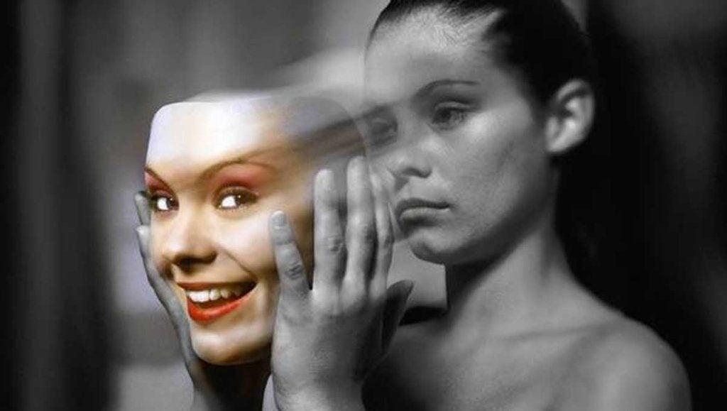 Kvinde med bipolar lidelse tager glad maske af