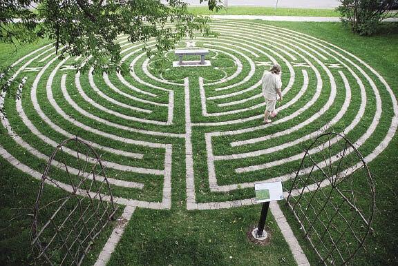 Person er ved at meditere i labyrint
