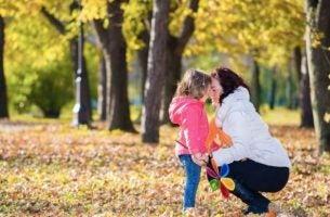 Mor og datter krammer i skov