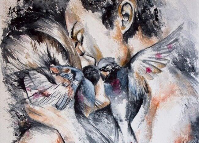 Par kysser bag ved to fugle, der kysser