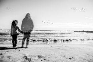 Pige står med fiktiv mor ved havet
