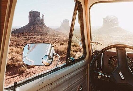 Person på rejse i bil ser på klipper