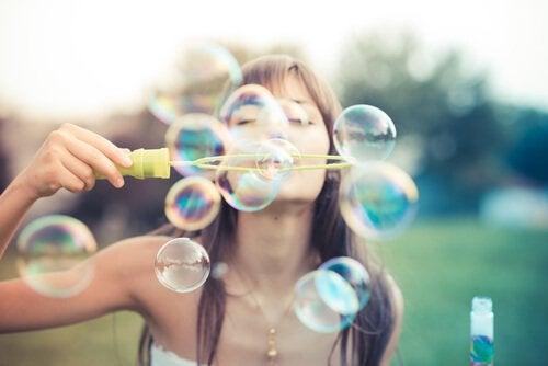 En lykkelig pige puster sæbebobler