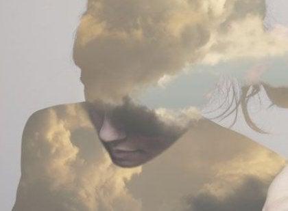 Kvindes ansigt dækket med skyer
