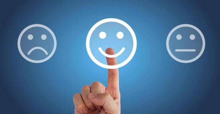 Person med sundt selvværd vælger glad smiley