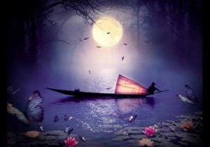 Båd sejler på sø under månens lys