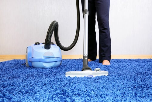 Person støvsuger og udfører husligt arbejde