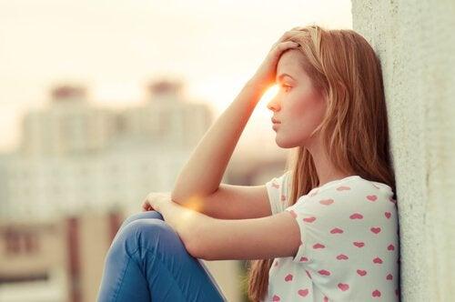 Kvinde tager sig til hoved på grund af en frygt for at blive såret