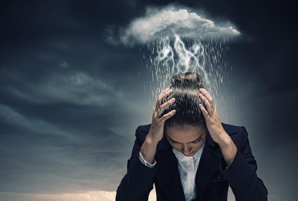 Kvinde med tordensky over hovedet