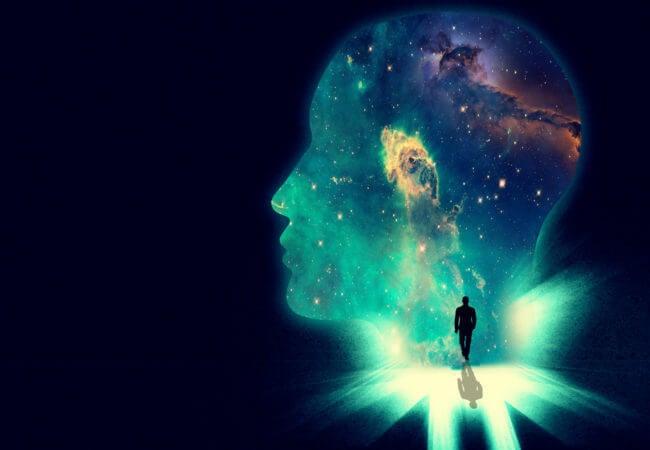 Person går mod univers formet som hoved i søgen efter skæbnen