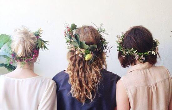 Veninder står med blomsterkranser i håret