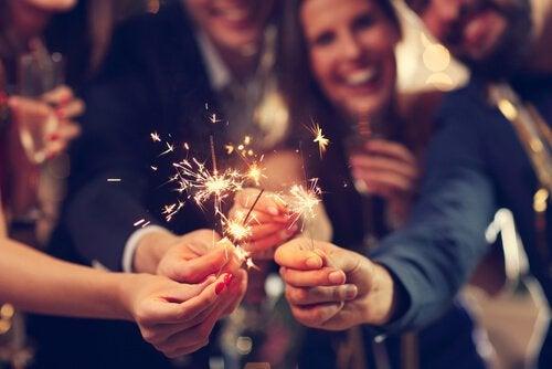 Venner står med stjernekastere til nytår