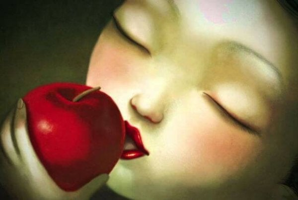 Pige kysser æble