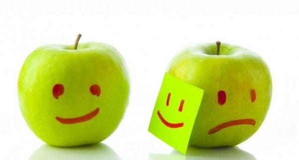 """Trist æble med maske på siger """"du skal ikke dømme mine følelser"""""""