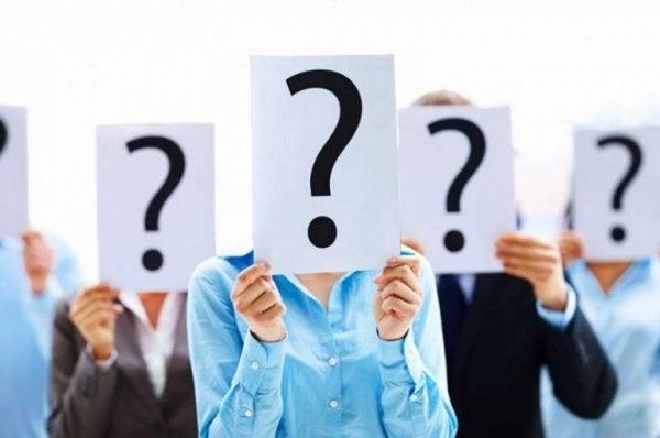 Personer med spørgsmålstegn foran ansigter
