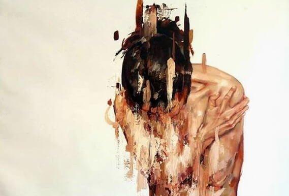 Sløret person, der omfavner sig selv, har mange fjender i livet