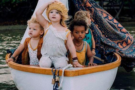 Børn i båd et bevis på, at man kan opdrage børn uden køn