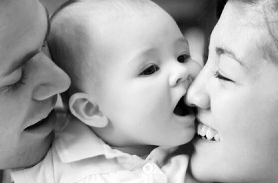 Baby med forældre har sunde tilknytningsmønstre